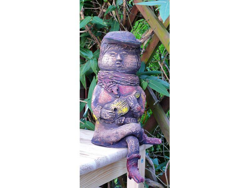 Gitáros fiú a kertben :